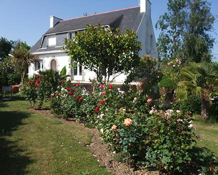 la maison et le jardin de la chambre d'hôtes de marie thé fouesnant